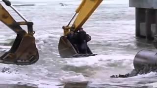 Rusos locos cruzan el rio en excavadora