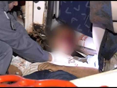 Carreta tomba e deixa motorista em estado grave na BR-365