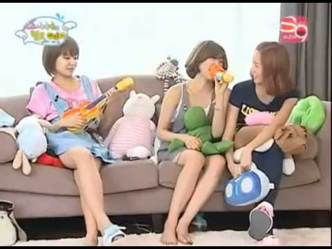 SNSD Funny cut: Sooyoung on her own world while Tiffany and Yoona were talking