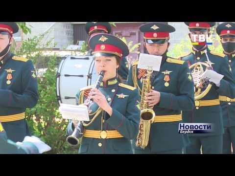 Военный духовой оркестр дал уличный концерт в честь медиков Бердска