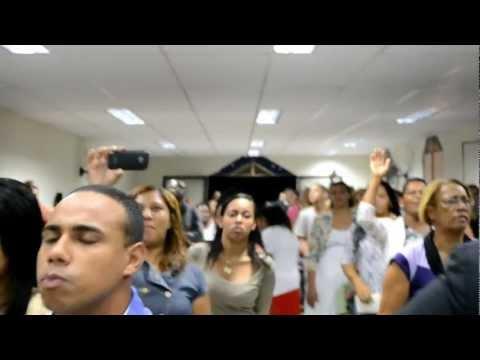 Pastora Vanessa do Véu louvando no Aniversário da Pastora Gilene Cavalcante