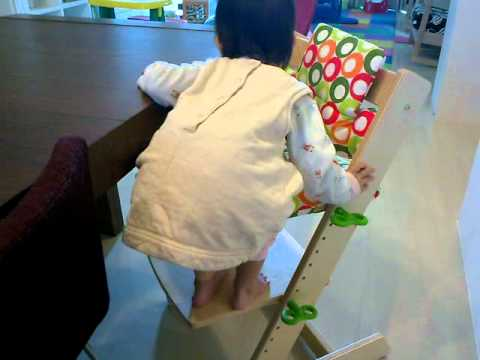 獨力爬上QMOMO餐椅