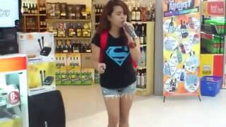 Random Girl in the mall blows everyone away at the karaokemachine singing Whitney Houston