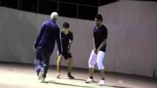 La broma del anciano jugando futbol en la calle
