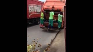 Garis deixam lixo para tr�s