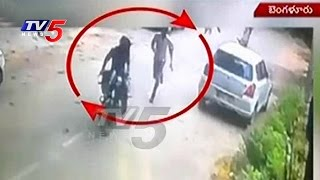 Chain Snatching incident caught on camera in Bangalore