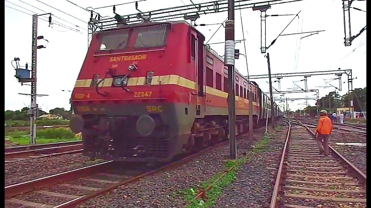 Mumbai LTT - Hatia SF Express entering Gondia Junction ...