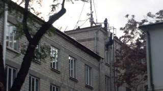 Muncitori kamikaze pe acoperișurile Universității de Stat