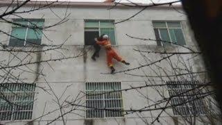 Bombero realiza un dramático rescate