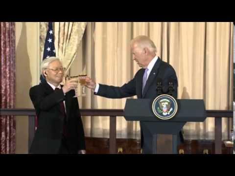 Phó tổng thống Biden đọc thơ Kiều tặng tổng bí thư Trọng