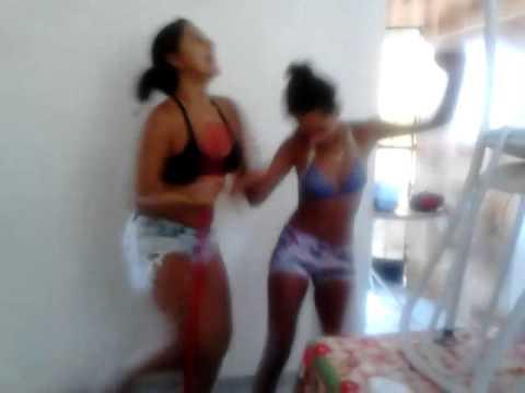 Vem que vai começar... DJ, aperte o play! ♪ Monique e Rayane na dancinha da coca- cola