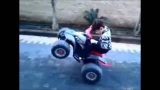 Niño sorprendente en moto eléctrica