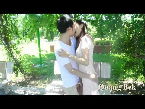Trai gái hôn nhau giữa ban ngày trong công viên