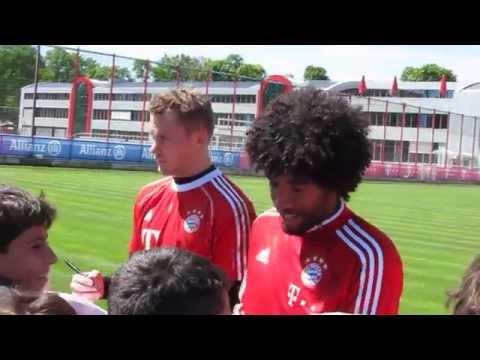 Dante Manuel Neuer Claudio Pizarro and Rafinha giving autographs - FC Bayern Munich