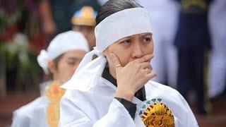 Tin tức trong ngày - Vợ thiếu tá phi công đeo nhẫn của chồng trong tang lễ