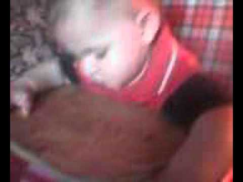 levi baba elalszik evés közben az etető székben