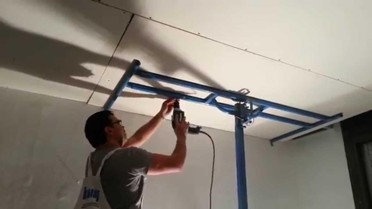 Un solo operario instalando pladur drywall durlock knauf - Elevador placas pladur ...