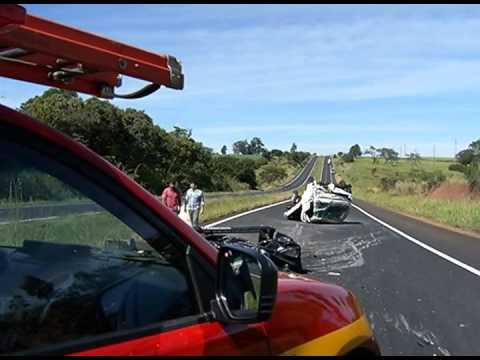 Pneu estoura e caminhão capota na BR-050, em Uberlândia