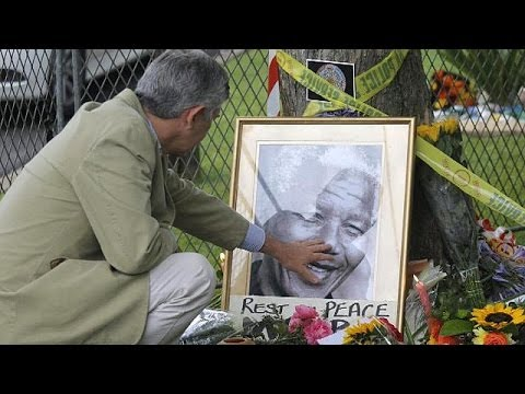 South Africa: crowds mourn Nelson Mandela's death and celebrate his life