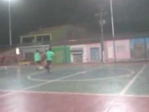 pelada na quadra as meninas treinando futsal...