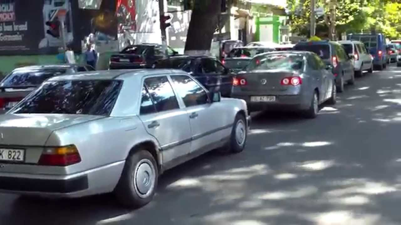 Șoferi iresponsabili, se îmbulzesc la intersecție
