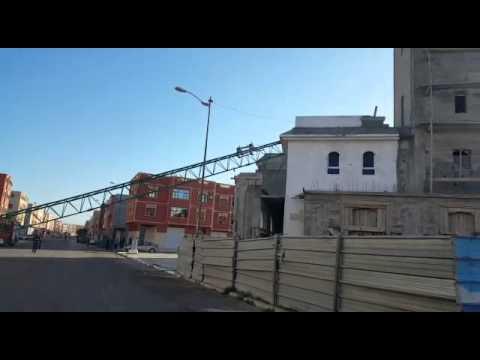 عاجل بالفيديو : رافعة تثير الرعب وسط ايت ملول بعد سقوطها على مسجد ومنزل