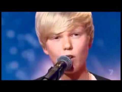 Garoto de 14 anos resolve cantar Whitney Houston em show de talentos e...