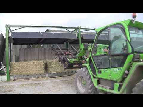 Hình ảnh trong video Bergmann Silage Wagon with John Deere 6210R at