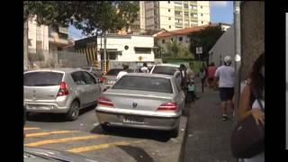 Motoristas param em fila dupla na porta das escolas