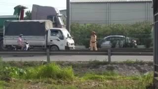 công an giao thông thu tiền luận đường