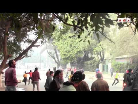 رصد | 25 يناير | احد المواطنين يرفع صور السيسي في مواجهة المتظاهرين و آخري يشير بإشارات نابيه