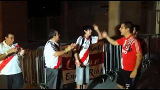 Torcedores do River cantam no Mineir�o antes de treino do time argentino
