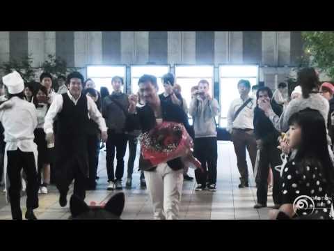 フラッシュモブ サプライズ プロポーズ One Direction 「Live While We're Young」 JR大阪駅