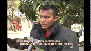 Caminh�o de lixo que tombou � retiradod e rua no Bairro Serra