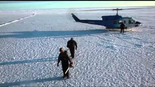 Kapal selam ini naik keatas dan menembus es