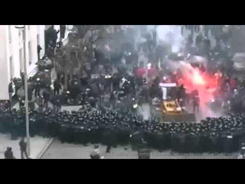 2013.12.01 - Kiev protesters drive bulldozer towards police cordon