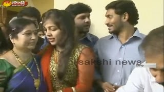 YS Jagan Blesses Newly-wed Couple in Visakhapatnam