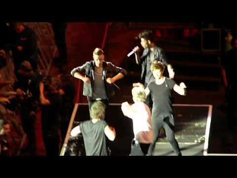 One Direction Chicken Dance (Verona, Italy),