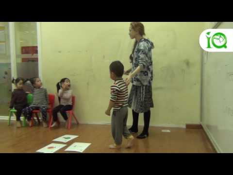 Các bé học Tiếng Anh với cô giáo Enly - IQ School