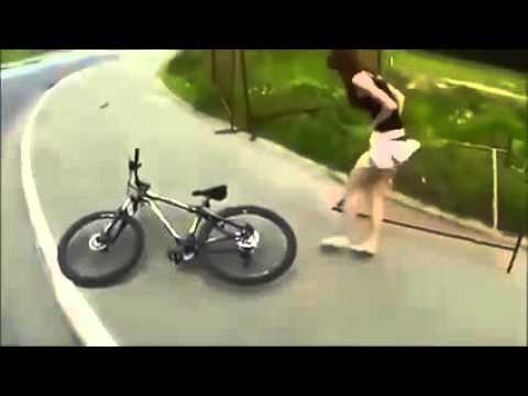 Em gái đang đi xe đạp bị tuột si líp giữa đường