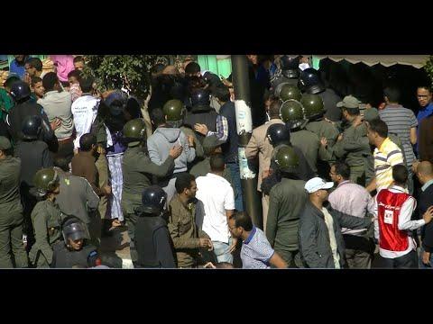 التدخل  الأمني في حق معطلي العيون مساء اليوم بالفيديو