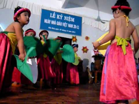 Be Jolie hat trong ngay nha giao Viet nam 20-11 (2).MOV