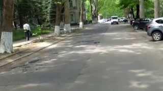 Aruncă prundiș pe asfalt în loc să-l cîrpească