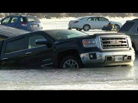 Lago congelado usado como estacionamento derrete e carros afundam
