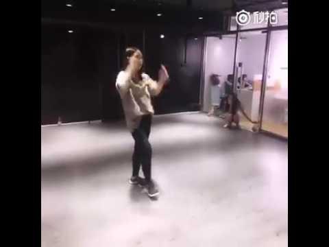 Các Thiên Chỉ Hạc cùng nhau học nhảy điệu dong ba la để chúc mừng sinh nhật Thiên Tỉ nao