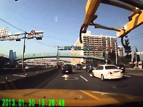 facebook 被大貨車撞上,一違規迴轉車禍就發生了新北市新店中安大橋前