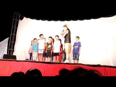 LÂM CHẤN KHANG dụ dỗ trẻ em trên sân khấu