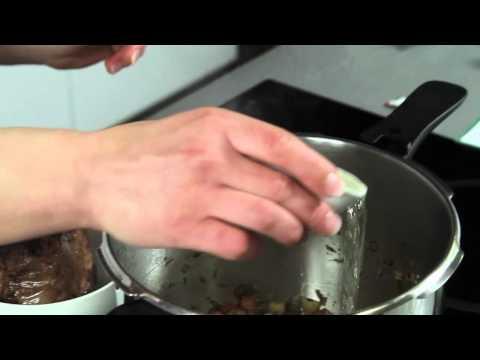 Hovězí pečeně s rajskou omáčkou a těstovinami
