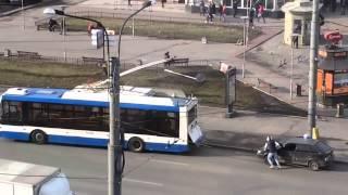 A legat mașina de troleibuz… și a lovit altă mașină