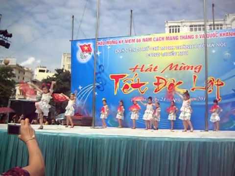 Biểu diễn thời trang lớp chuyên A- Cung Thiếu Nhi Hà Nội 8/2011 tại Hồ Gươm
